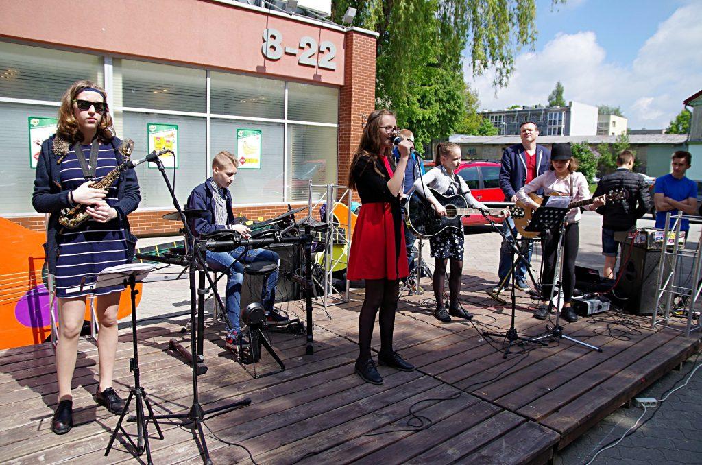 Daugiausiai atlikėjų pasirodė šalia šviesoforo Lietuvininkų gatvėje įrengtoje scenoje.