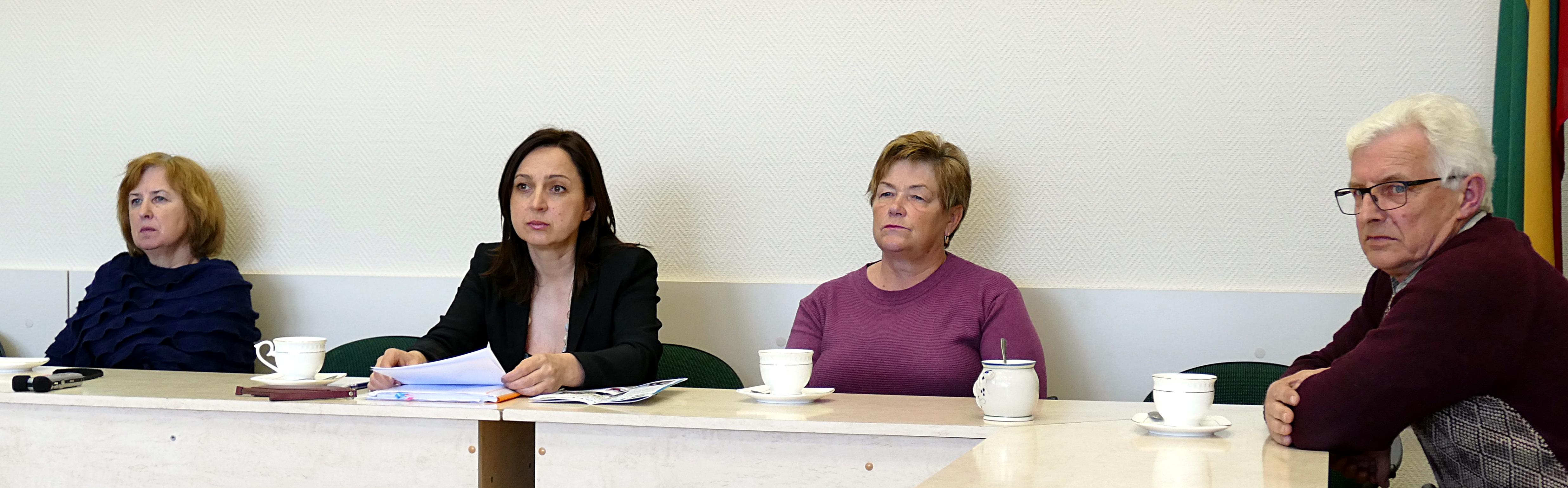 Iš kairės. Posėdžio dalyviai: Savivaldybės vyresnioji specialistė mobilizacijai ir korupcijos prevencijai Jūratė Banzienė, Antikorupcijos komisijos pirmininkė, Tarybos narė Sandra Tamašauskienė bei šios komisijos nariai Birutė Gustienė ir Domas Merliūnas, bendru sutarimu nutarė, kad klaidų pridarė abi pusės.