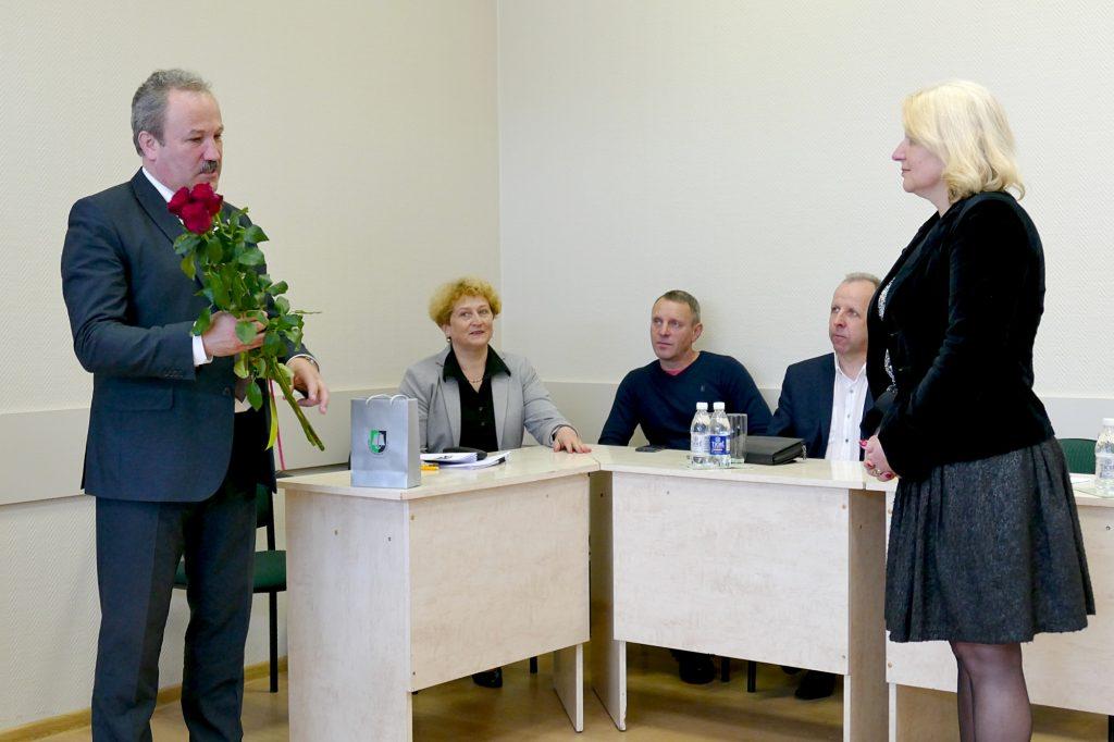 Spaudos konferencijos pradžioje Šilutės rajono meras Vytautas Laurinaitis pasveikino Šilutės viešosios F. Bajoraičio bibliotekos direktore tapusią ilgametę jos darbuotoją Laimą Dumšienę.
