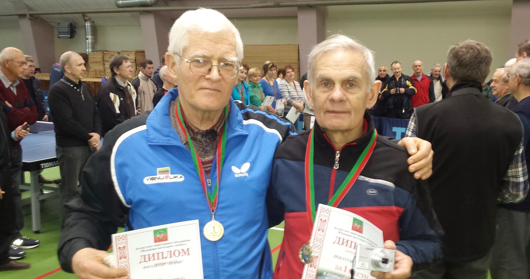 Baltarusijos stalo teniso senjorų čempionato nugalėtojai – du Jonai iš Lietuvos: kaunietis Juozaitis (kairėje) ir šilutiškis Piekautas.