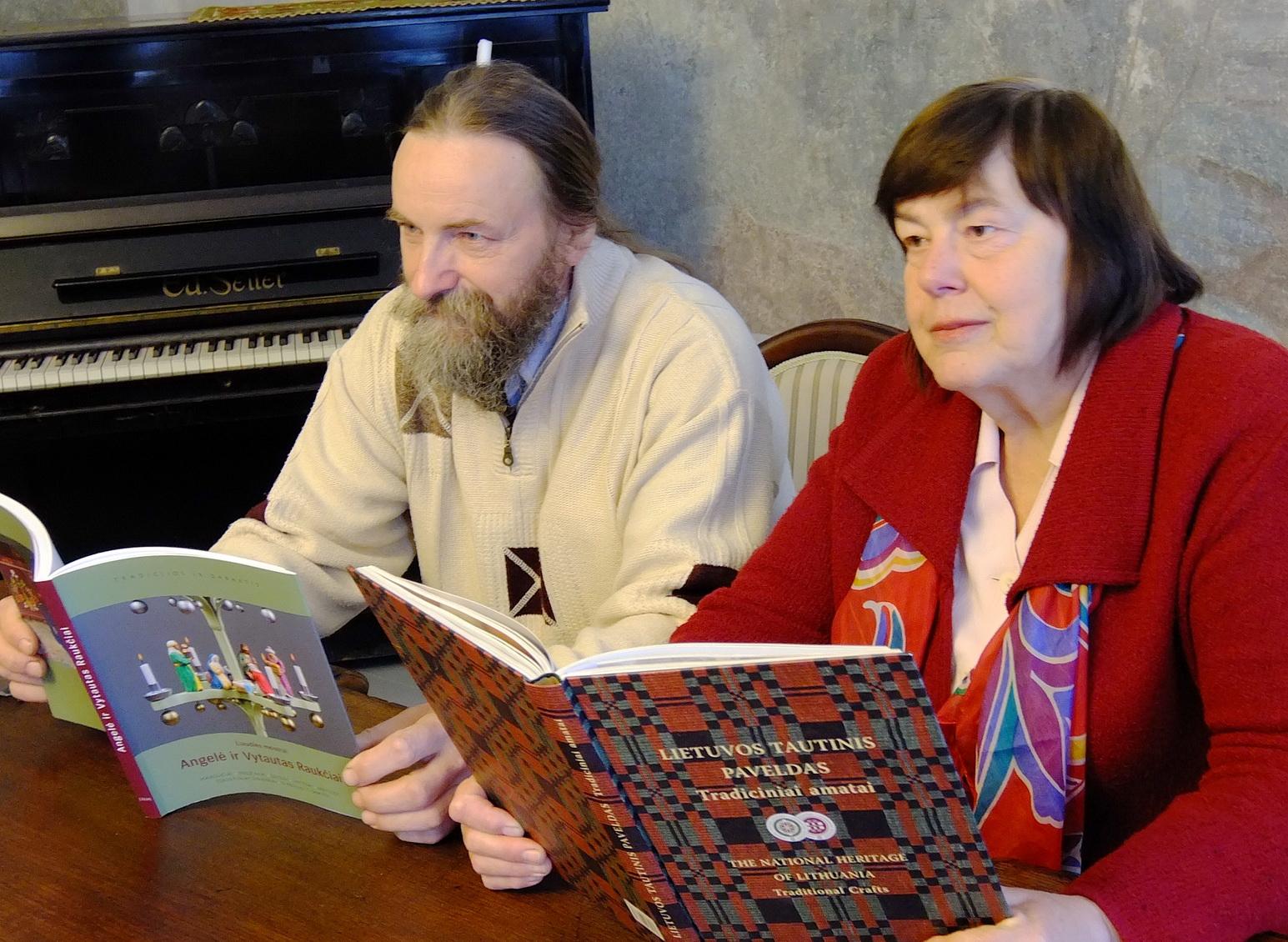 15 knygų gavę Angelė ir Vytautas Raukčiai ir jau spėjo visas padovanoti.