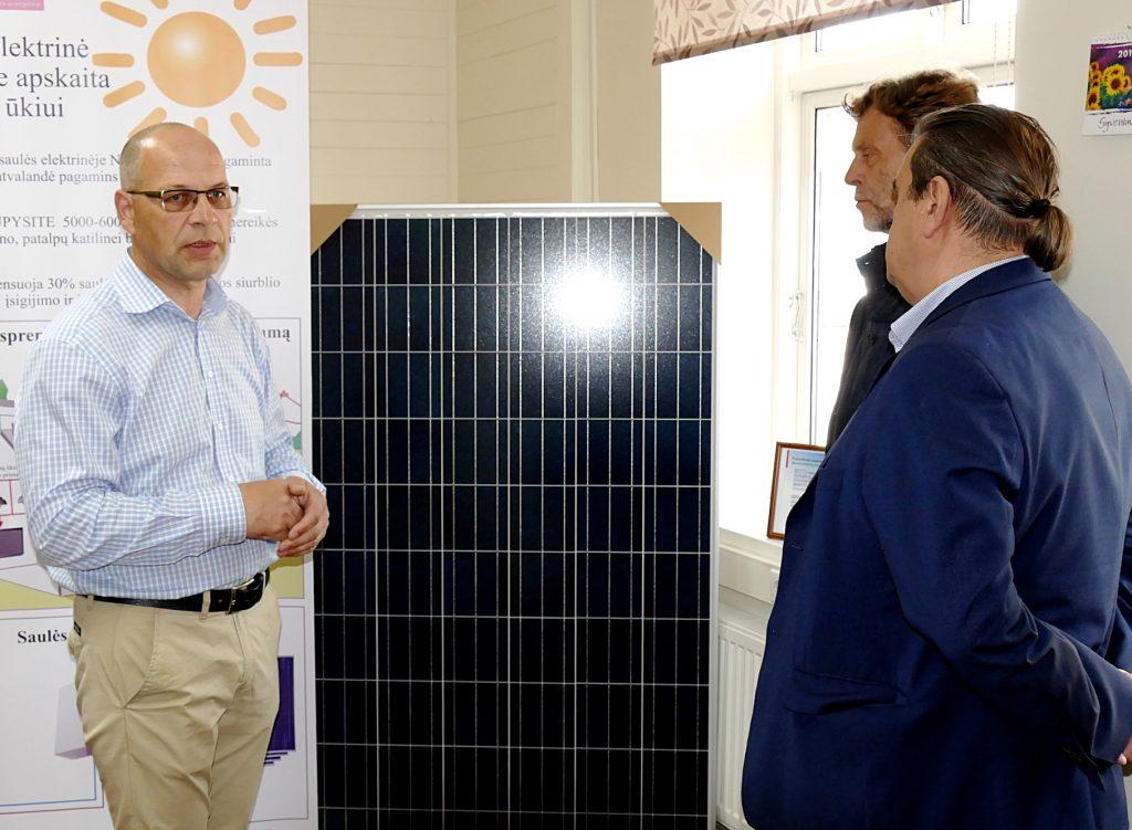 """Pristatymo metu UAB """"Bera"""" direktorius Raimundas Ambrozaitis (kairėje) papasakojo apie saulės elektrines ir dvipusę elektros energijos apskaitą."""
