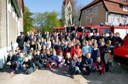 Šilutės Pamario pagrindinės mokyklos vaikai aplankė ugniagesius per šventinę jų rikiuotę ir gavo progą įsiamžinti su jais prie technikos.