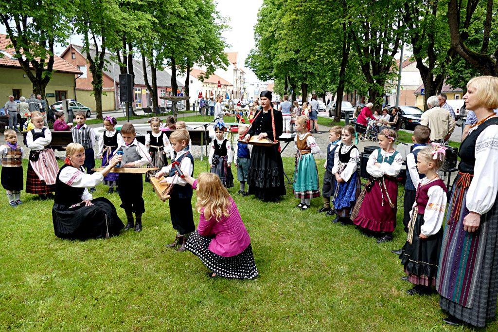 Folkloro kolektyvų pasirodymai Vydūno skverelyje.