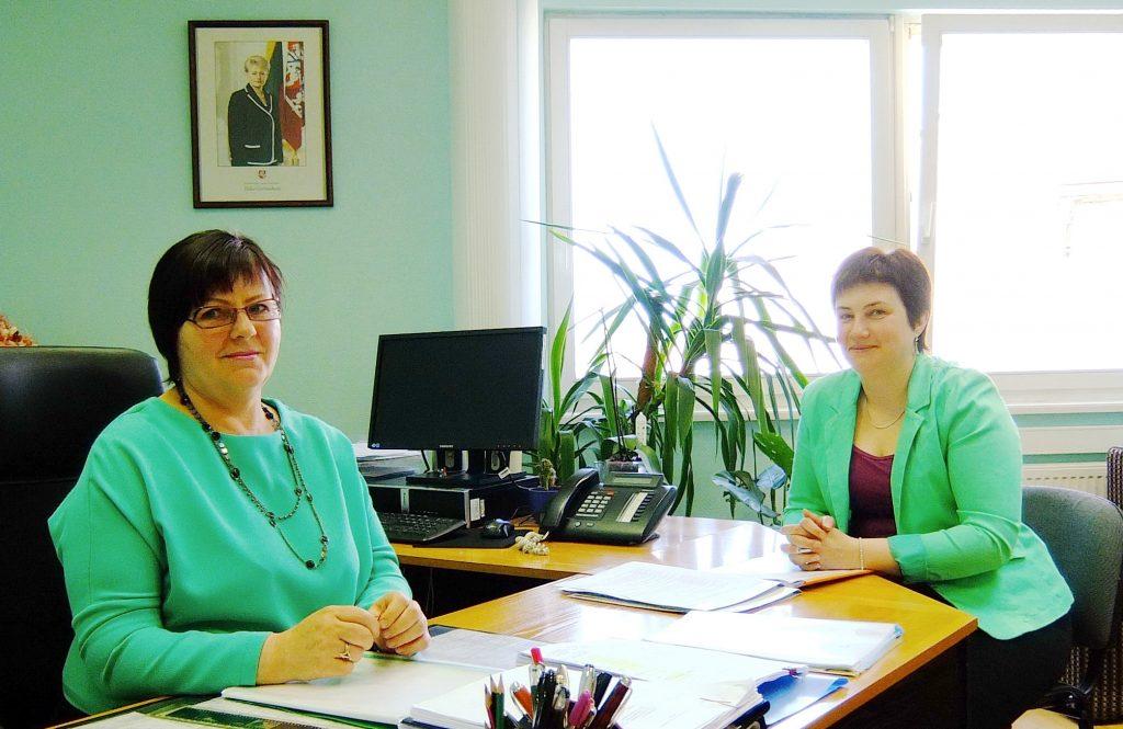 Šilutės rajono savivaldybės administracijos pertvarka lėmė, kad Švietimo skyriaus vedėja tebedirba Birutė Tekorienė (kairėje), o jos buvusi pavaduotoja Rasa Žemailienė tapo Švietimo skyriaus Ugdymo kokybės poskyrio vedėja.