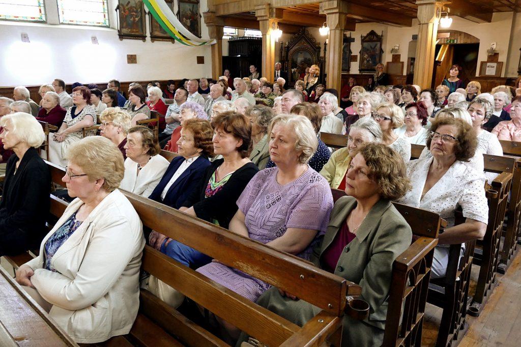 Giesmių pasiklausyti susirinkę šilutiškiai sunkiai tilpo Šilutės Šv. Kryžiaus bažnyčioje.