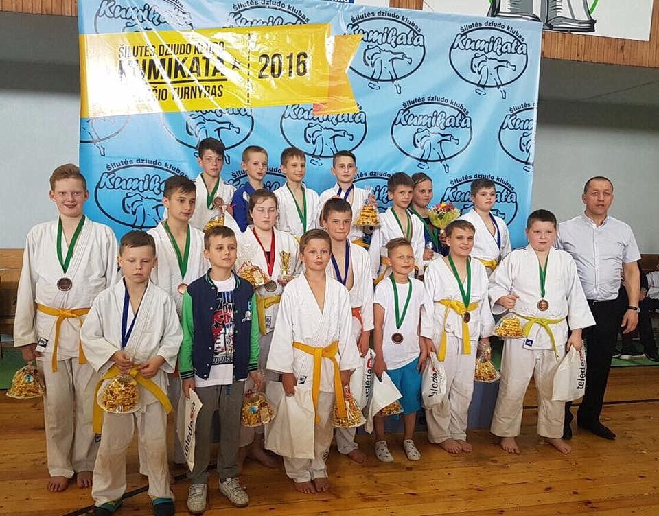 Šilutės atviro dziudo čempionato prizininkai ir dalyviai šilutiškiai su treneriu R. Lukošiumi.