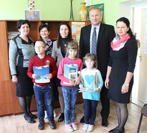 Dovanas iš Briuselio mokiniams įteikė savivaldybės meras Virginijus Komskis, kuris džiaugėsi mokinių aktyvumu bei Lietuvos ir Pagėgių vardo garsinimu užsienyje.