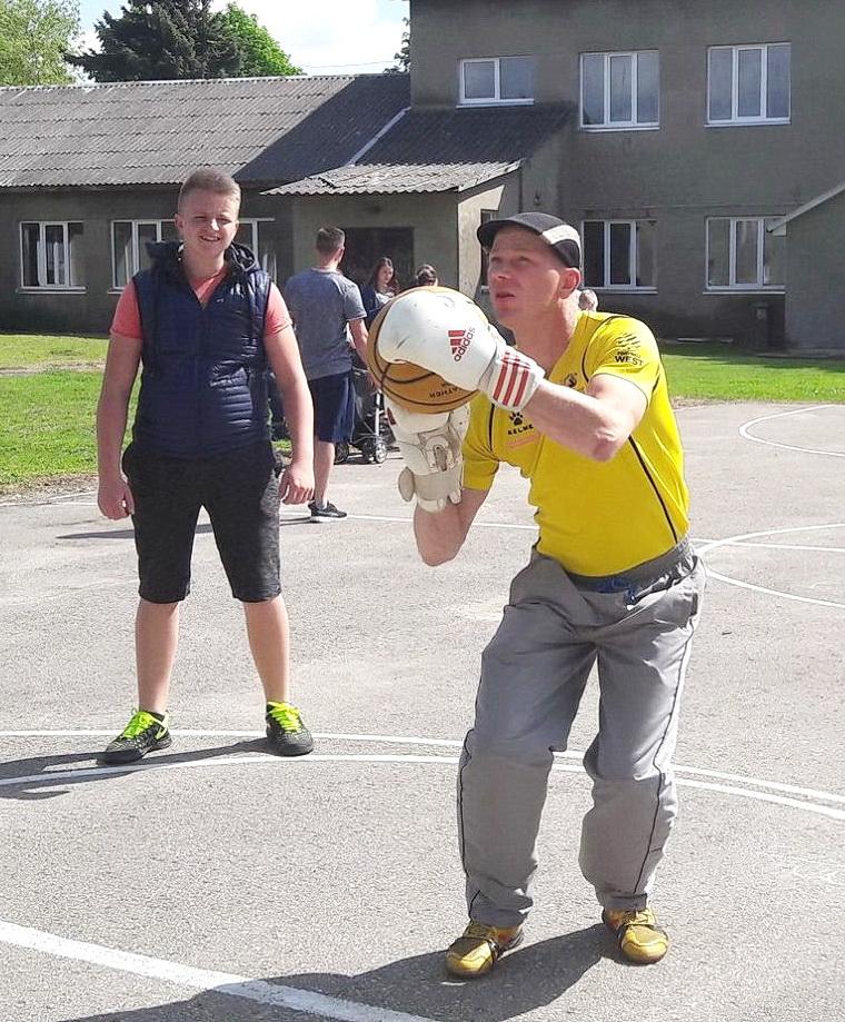 Ne vienas dalyvis bandė įmesti kamuolį į krepšį, apsimovęs bokso pirštines.