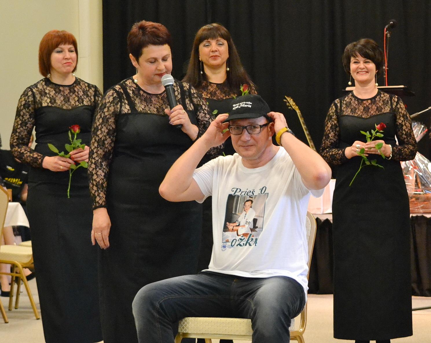 Renginio vedėją ir pagrindinį organizatorių Marijų Budraitį rusniškės perrengė.