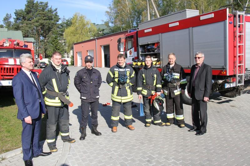 Pagėgių ugniagesiai šventės dieną ruošė savo aprangą sporto varžyboms.