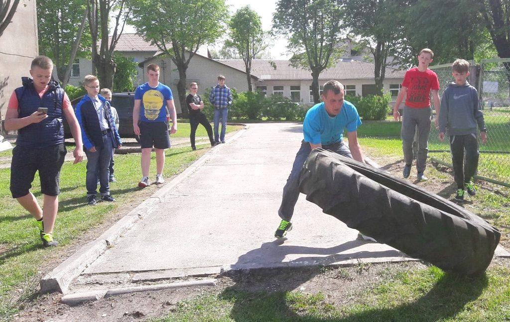 Jaunimas išbandė jėgas ridendami traktoriaus padangą.