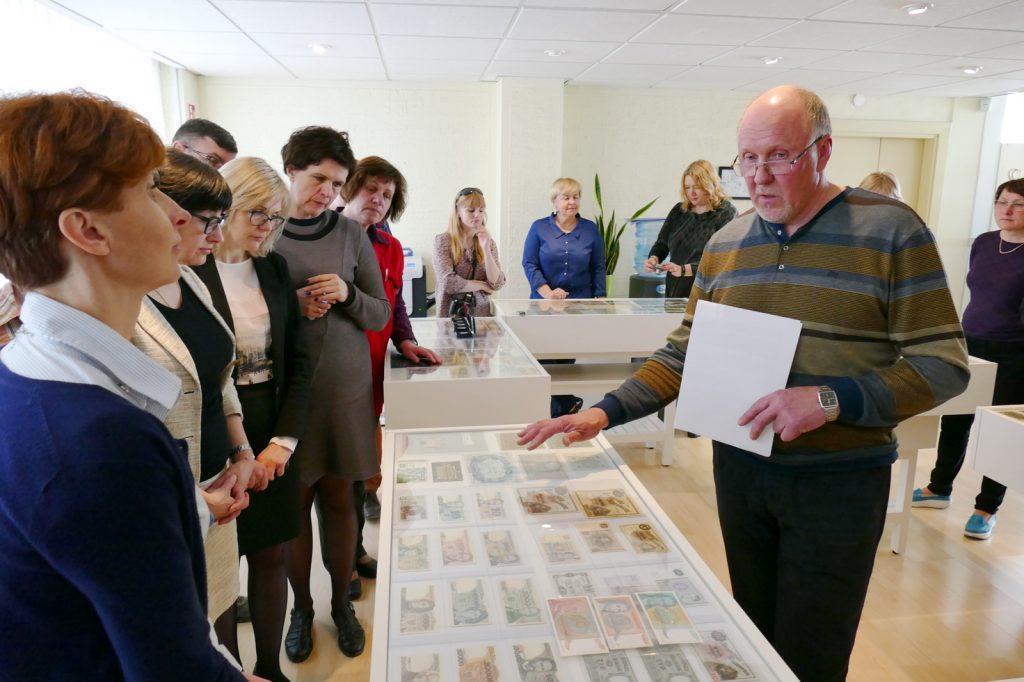 Kolekcininko Petro Skutulo pasakojimas apie Lietuvoje cirkuliavusius pinigus sulaukė nemažo parodos atidarymo dalyvių susidomėjimo.