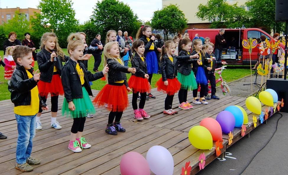 """Šilutės popchoro """"Spindulys"""" mažieji dainininkai ir šokėjai scenoje išsiskyrė ir apranga, ir judesiais."""
