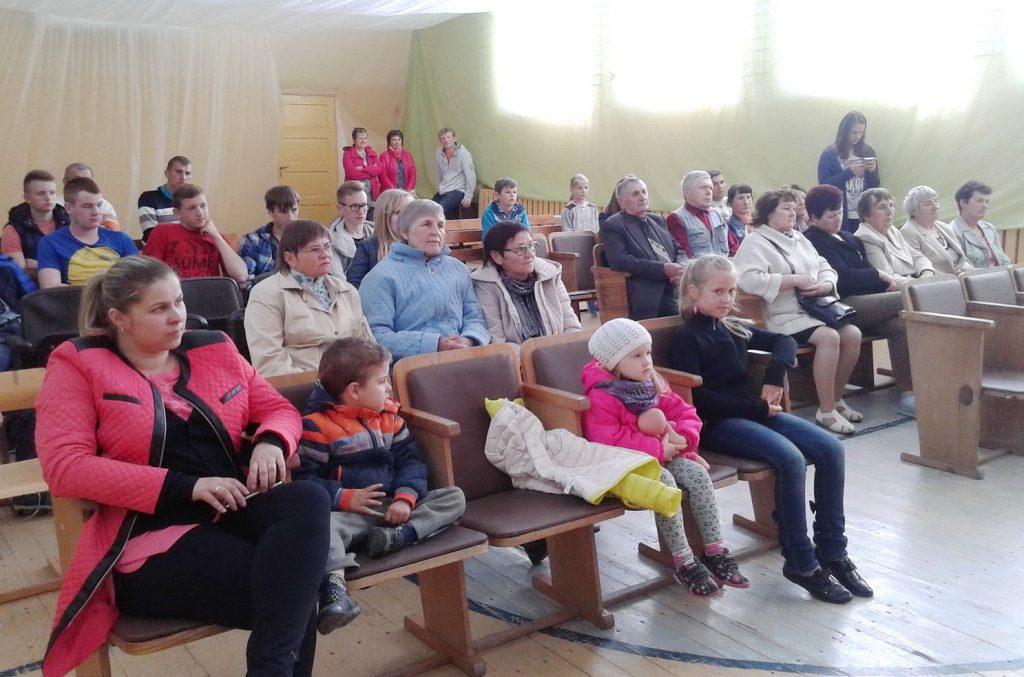Į vaidinimą, koncertą susirinko Laučių kaimo suaugusieji su vaikais.