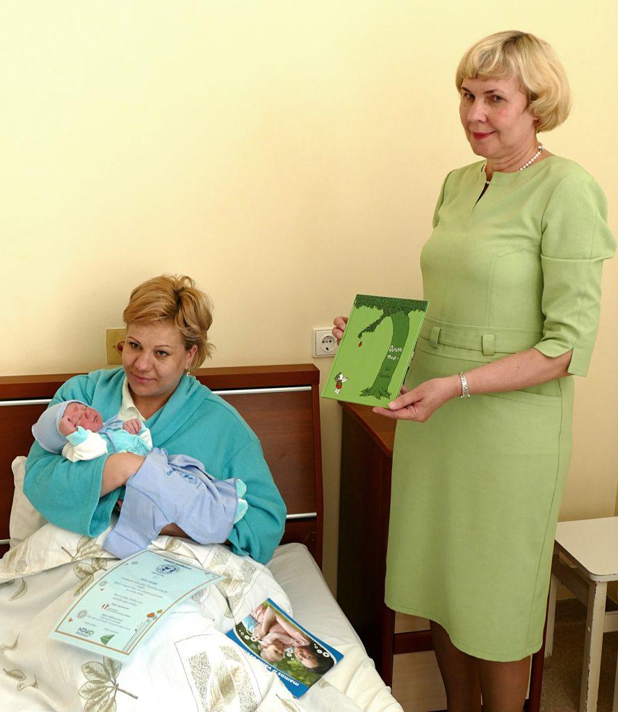 Linkėdama auginti sūnų sveikai, Virginija Vaivadaitė įteikė jaunai mamai Neringai Pupšienei žydros spalvos marškinėlius, atminimo raštą ir knygelių.