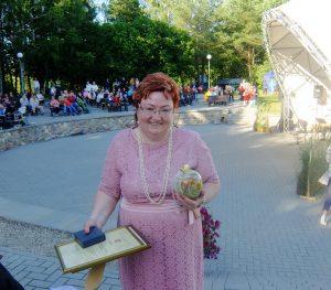 Aktyvi ir veikli Juknaičių bendruomenės pirmininkė Laima Barkauskienė pasirašė Juknaičių garbės knygoje.