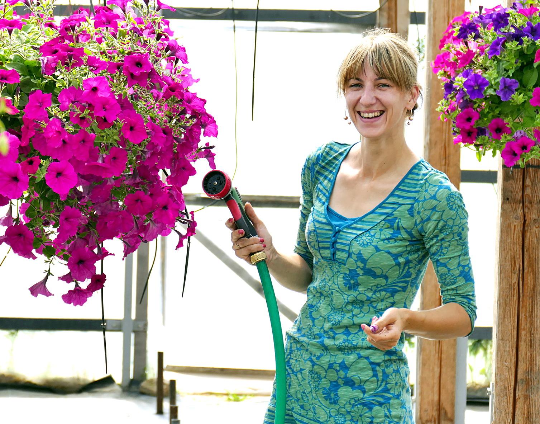 Prižiūrėti augalus ir prekiauti turguje padeda Linos Šedienės sesuo Asta Pužienė.