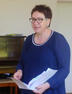 Audronė Barauskienė, vadovaujanti Socialinės paramos skyriaus socialinių paslaugų poskyriui, apžvelgė tikrintojų išvadas bei pasiūlymus ir ragino pasitarimo dalyvius svarstyti, diskutuoti, siūlyti naujovių.