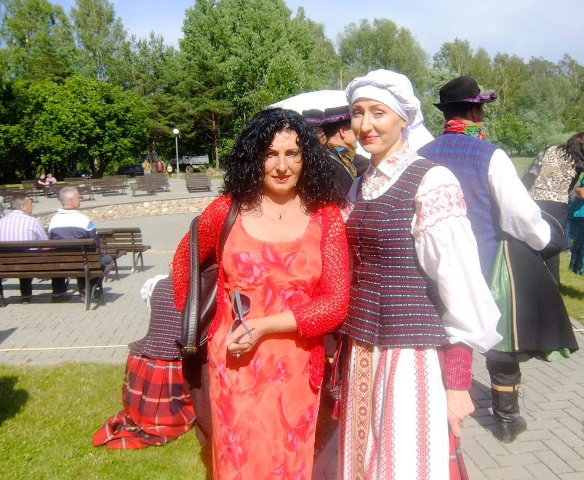 Loretai Margaritai Černeckienei (kairėje) suteiktas  Juknaičių garbės piliečio vardas.