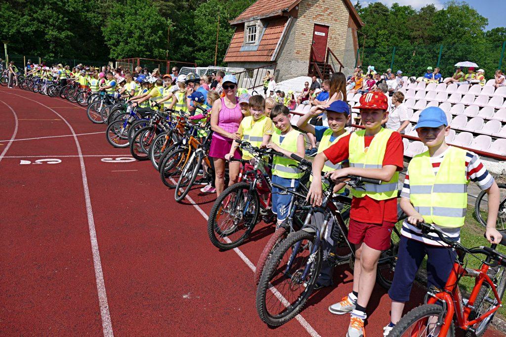 Antrą kartą rengiamose ketvirtokų dviratininkų varžybos Šilutės seniūno taurei laimėti dalyvavo 11 ketvirtokų komandų iš Šilutės seniūnijos mokyklų.