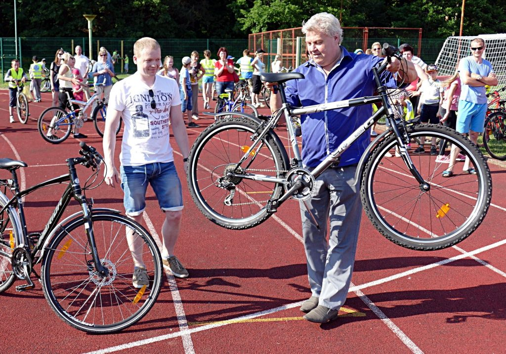 Sėkmingiausiai įveikti figūrinio vartavimo rungti pavyko Ričardui Krutikovui (kairėje), kuriam Aleksas Kvederis įteikė savo prizą – 200 eurų vertės dviratį.