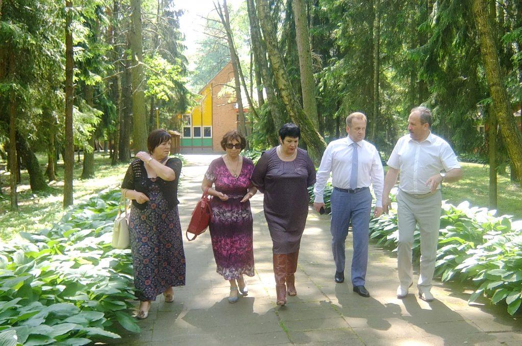 """Švietimo ir mokslo ministrė Audronė Pitrėnienė (centre) apžiūrėjo tik vasaros žaluma dar gražią """"Vėtrungės"""" vaikų poilsio stovyklą Kintuose."""