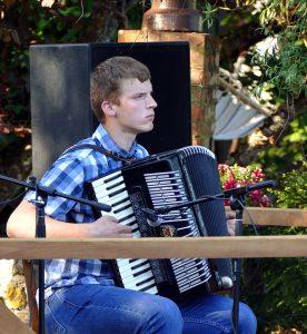 """Šiemet koncertą prie Kalės tvenkinio akordeono muzika pradėjo Švėkšnos """"Šaulės"""" gimnazijos moksleivis Mindaugas Kuzas."""