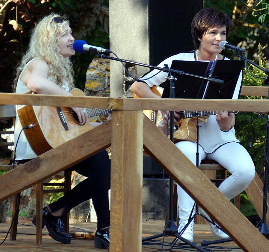Liuda Kašėtienė ir Žydrė Adomaitienė – nuolatinės koncerto prie Kalės tvenkinio dalyvės.