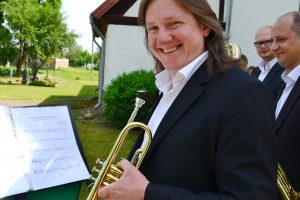 """Grojo Gražvydo Railos vadovaujamas pučiamųjų ansamblis """"Pamario Brass""""."""