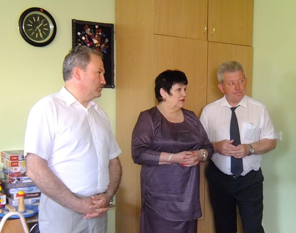 Rusnės specialiosios mokyklos direktorius Romualdas Blechertas (dešinėje) supažindino ministrę Audronę Pitrėnienę su mokyklos baze, aprodė patalpas, net sodą (iš viso mokyklos užima pusketvirto hektaro).