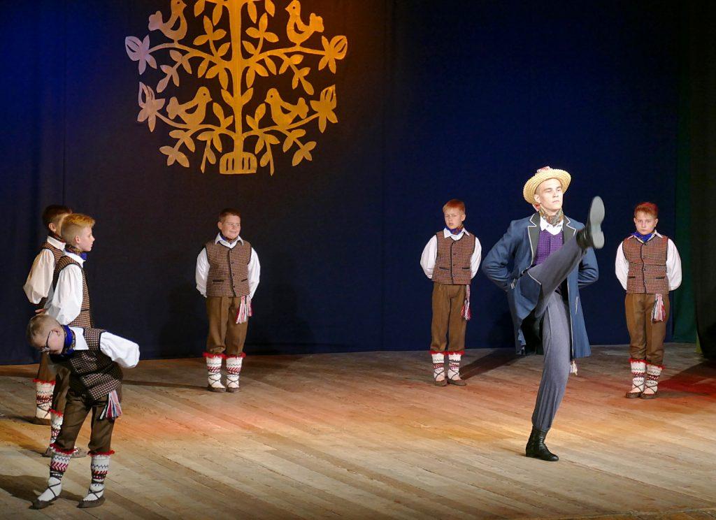"""Šventinio koncerto metu """"Atlaja"""" parodė 2016 metų Lietuvos moksleivių dainų ir šokių šventei skirtą programą."""