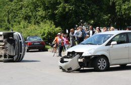 Eismo įvykio metu apvirtęs automobilis pritraukė smalsuolių minią.