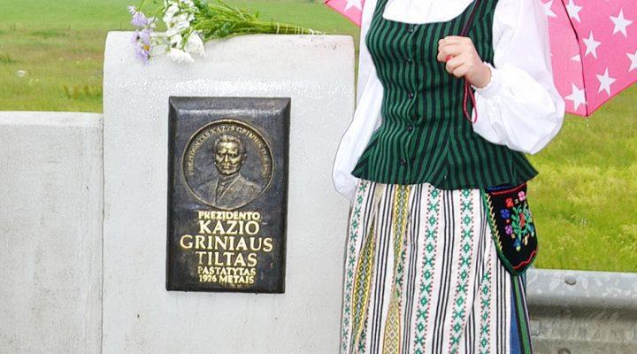 Nauja lentelė su K. Griniaus atvaizdu (autorius Adomas Skiezgelas) skelbia, kad tai yra Prezidento Kazio Griniaus tiltas.