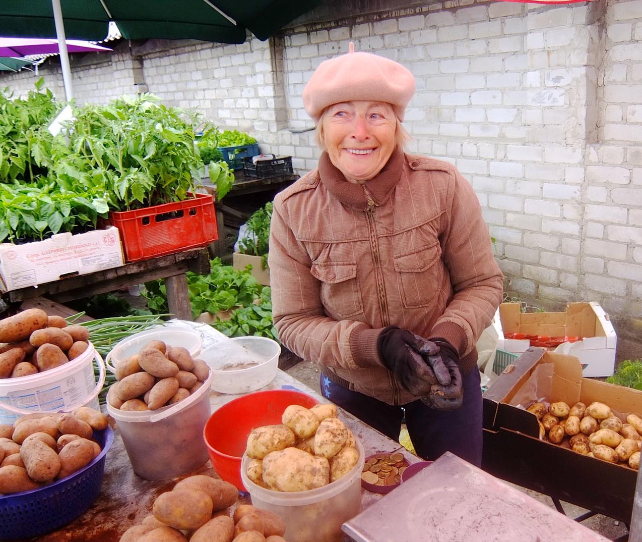 Janina Capienė iš Rusnės Šilutės turguje jau pardavinėja šių metų derliaus bulves.