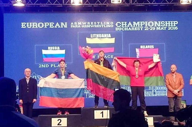 E. Vaitkutė ant aukščiausio Europos čempionato prizininkų pakylos laiptelio Bukarešte su Lietuvos trispalve.