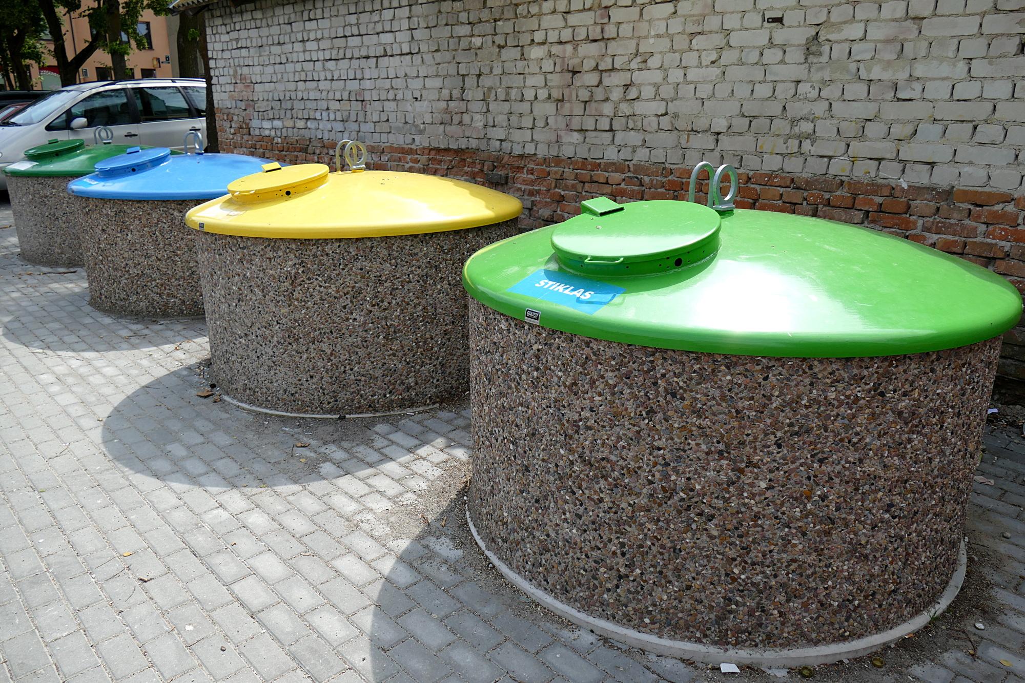 Šiuo metu naujausia pusiau požeminių rūšiavimui skirtų buitinių atliekų aikštelė įrengta Eglių gatvėje Šilutėje.