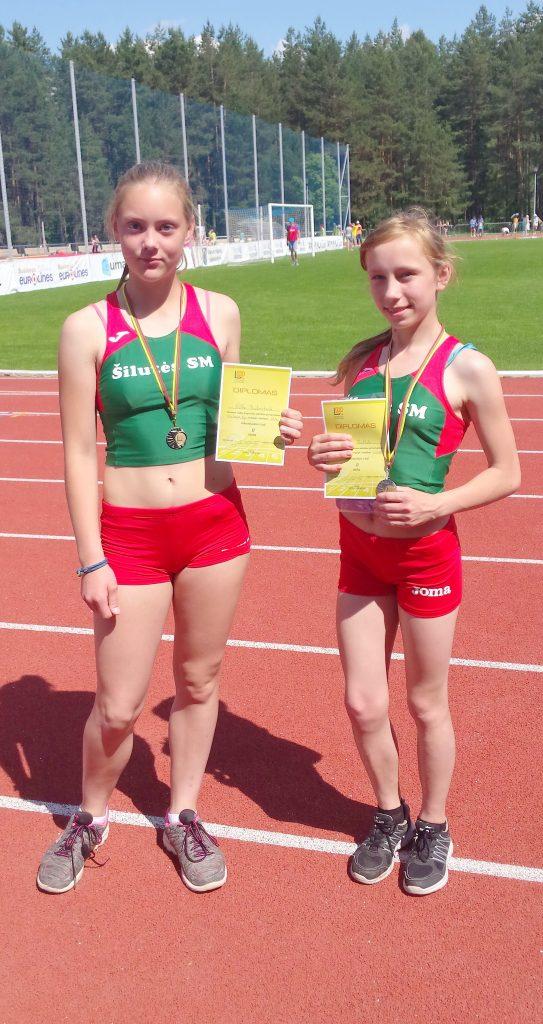 Šilutės sporto mokyklos lengvaatletės – Lietuvos vaikų pirmenybių Utenoje prizininkės Viltė Benkunskaitė (kairėje) ir Gerda Bartkutė.