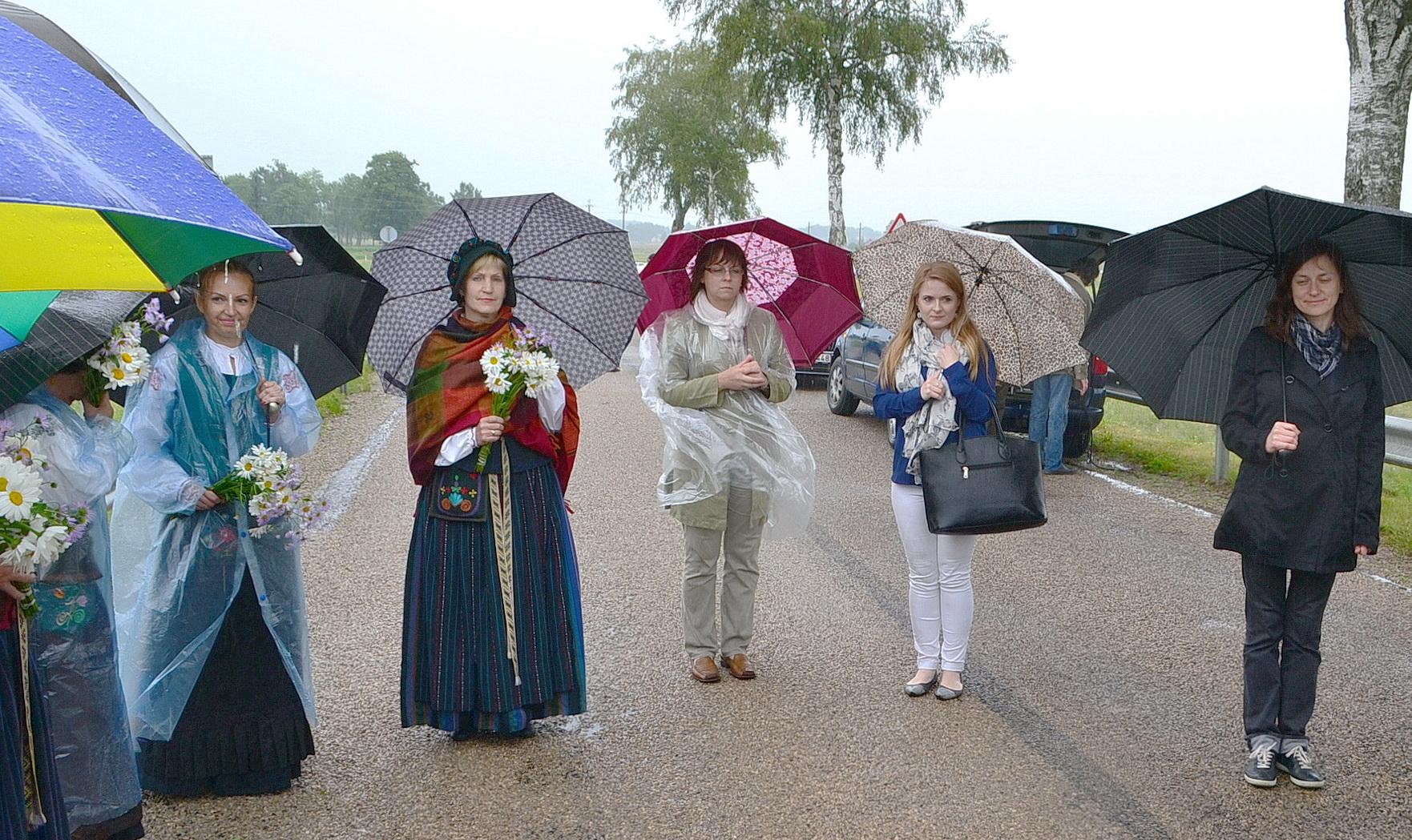 Iškilmių dalyvius merkė stiprokas Pamario lietus.
