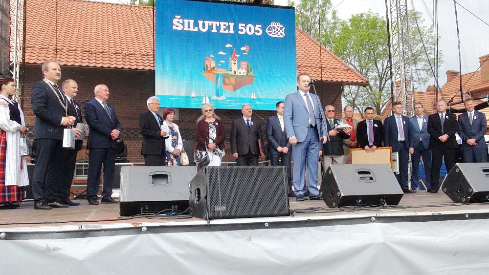 Šilutė, minėdama 505 metų sukaktį, sulaukė daug svečių. Iškilmes didžiojoje scenoje pradėjo Šilutės r. savivaldybės meras Vytautas Laurinaitis, sveikino Seimo Pirmininko pavaduotojas Kęstas Komskis, Seimo narys Artūras Skardžius, su Savivaldybe bendradarbiavimo sutartis pasirašę miestų ir rajonų atstovai iš Lenkijos, Latvijos, Vokietijos, atvyko ir Ukrainos atstovų, kurie planuoja bendradarbiauti su Šilutės kraštu.  Vokietijos ir Latvijos atstovai pasirašytas kalbas perskaitė lietuvių kalba. Dalyvavo Tauragės, Pagėgių savivaldybių vadovai. Į Šilutę buvo atvykęs profesorius Vytautas Landsbergis, svečias bendravo su miestelėnais Tėvynės sąjungos – Lietuvos krikščionių demokratų Šilutės skyriaus palapinėje, kurią buvo įrengę partiečiai.  Padangę raižė Kauno aeroklubo lakūnų A. Žentelio, R. Pakso ir R. Noreikos pilotuojami lėktuvai. Tai buvo mero V. Laurinaičio dovana miestelėnams.