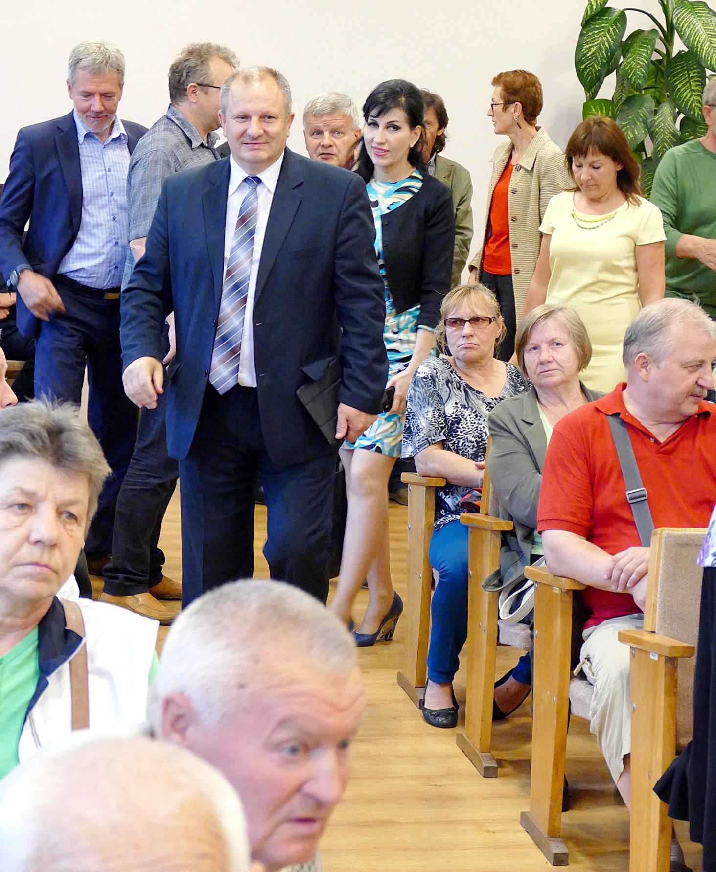 Prieš bendraudami su šilutiškiais, LR Seimo Pirmininko pavaduotojas Kęstas Komskis ir kiti susitikimo dalyviai apžiūrėjo mieste renovuojamus daugiabučius.