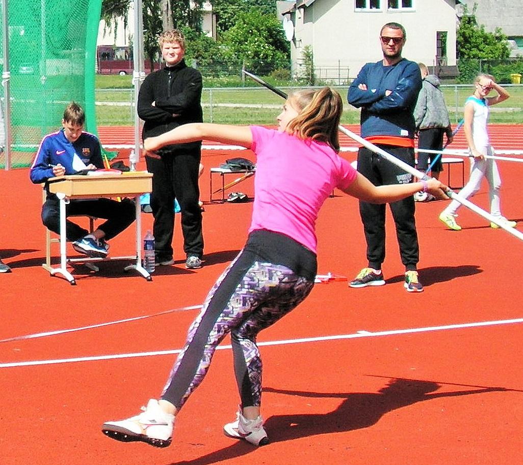 Ietį meta Klaipėdos miesto jaunučių ir jaunimo pirmenybių nugalėtoja Gintarė Paulauskaitė.