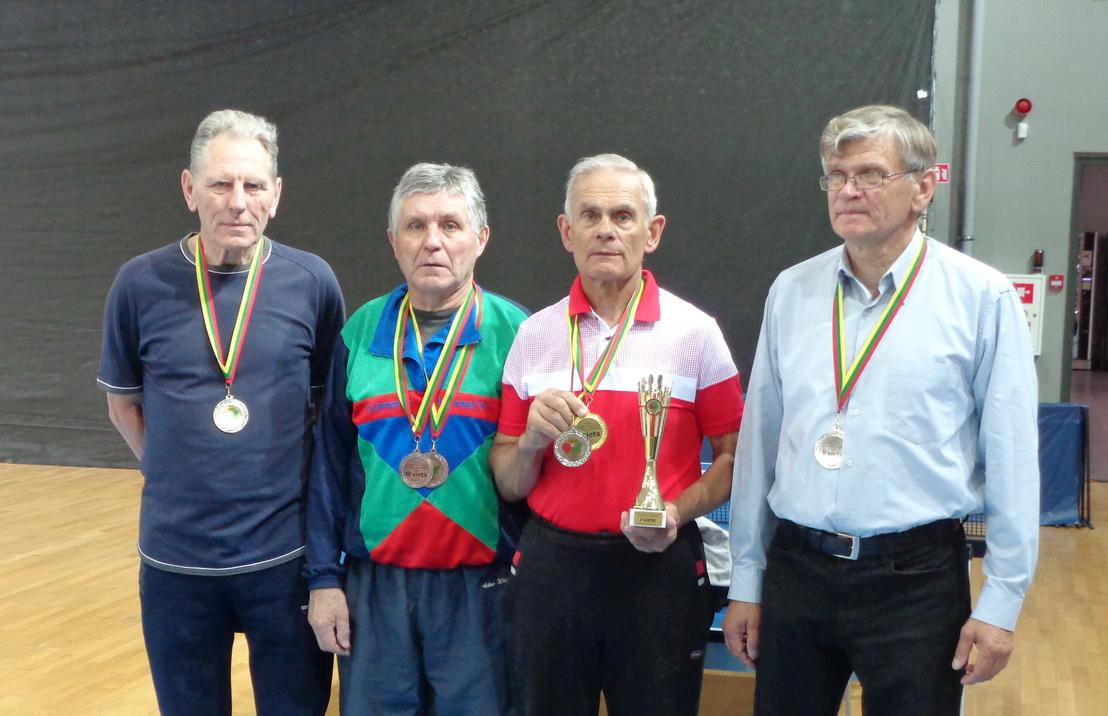 Lietuvos senjorų 42-ojo stalo teniso čempionato pamariškiai prizininkai (iš kairės): R. D. Mažutis, Z. Šikšnius, čempionas J. Piekautas ir A. M. Šaulys (nėra sidabro ir bronzos medalio laimėtojo J. Čimkaus.