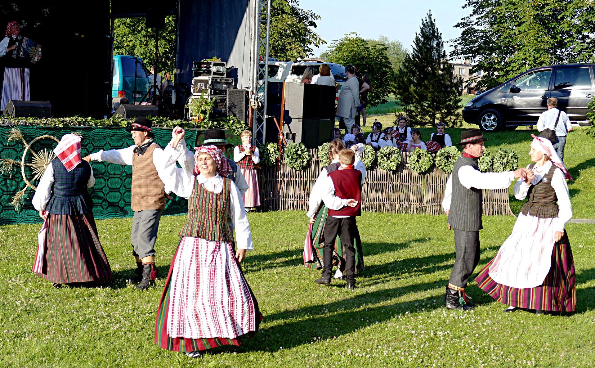 """Vainuto folkloro ansamblio """"Vainuta"""", vadovaujamo Loretos Mieliulytės nariai ir šoko, ir dainavo."""