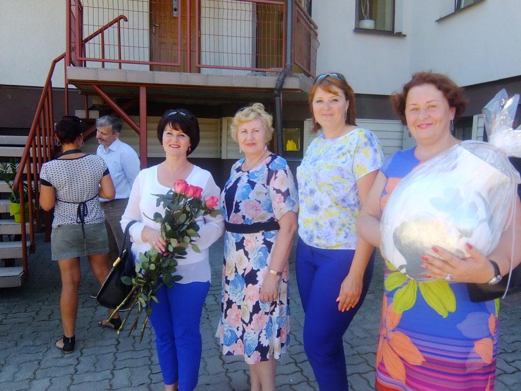 Svečiai į atidarymo iškilmes atvyko su gėlėmis, dovanomis...