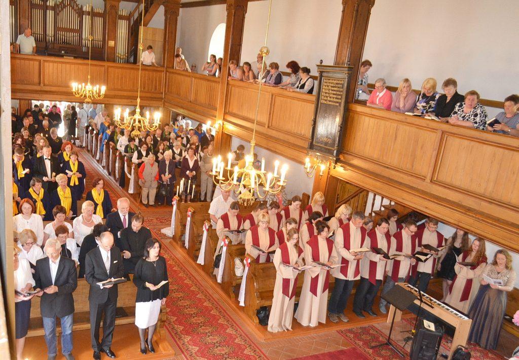 Bažnyčioje skamba jungtinė chorų giesmė.