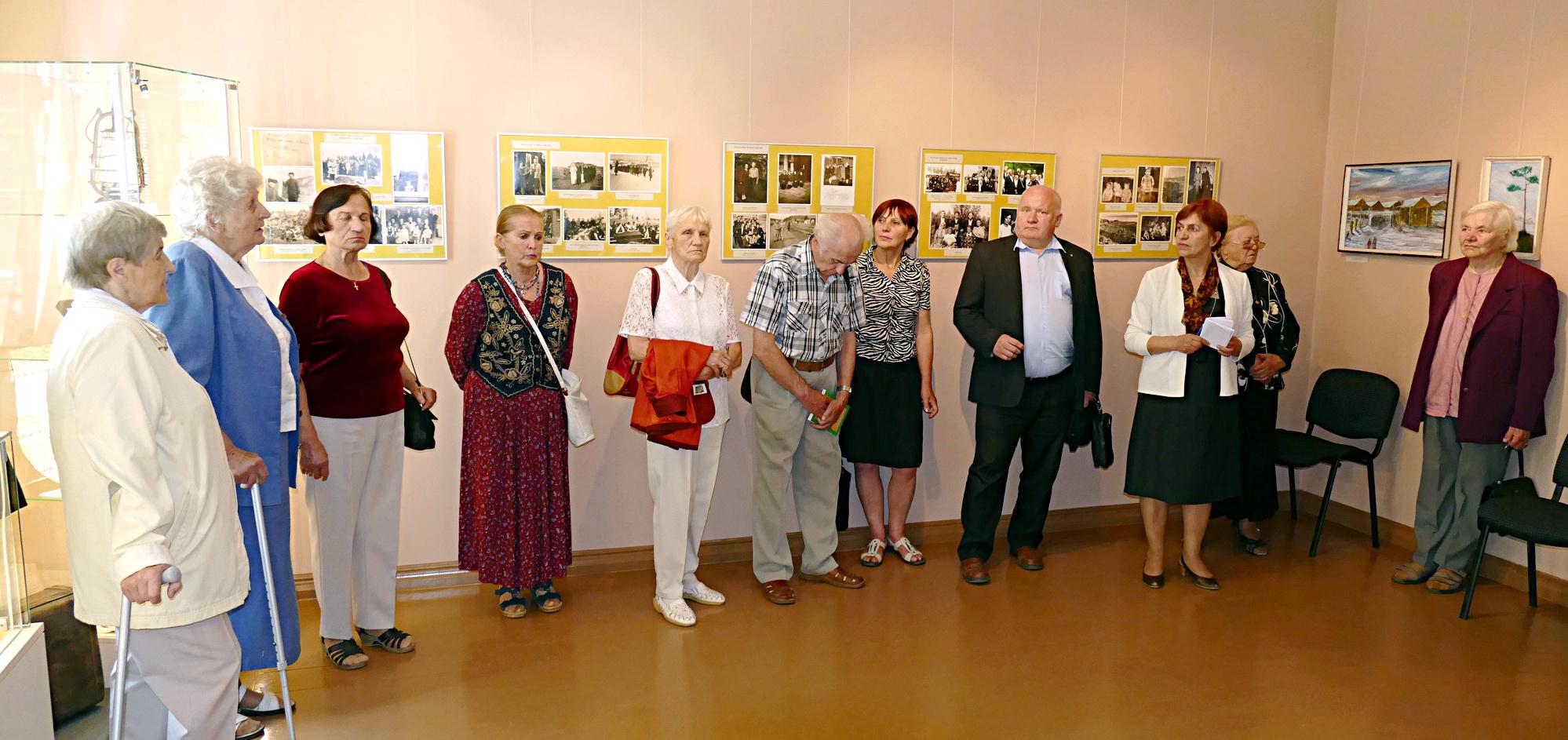 Į parodos atidarymą  susirinkę tremtiniai apžiūrinėjo nuotraukas, rodė jose save ir pasakojo apie tų laikų įvykius.