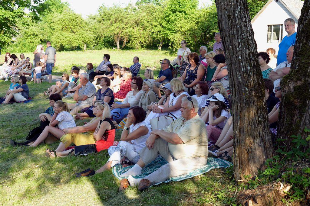 Pasiklausyti muzikos prie tvenkinio susirinko apie pusšimtis švėkšniškių ir apie šį koncertą sužinojusių svečių.