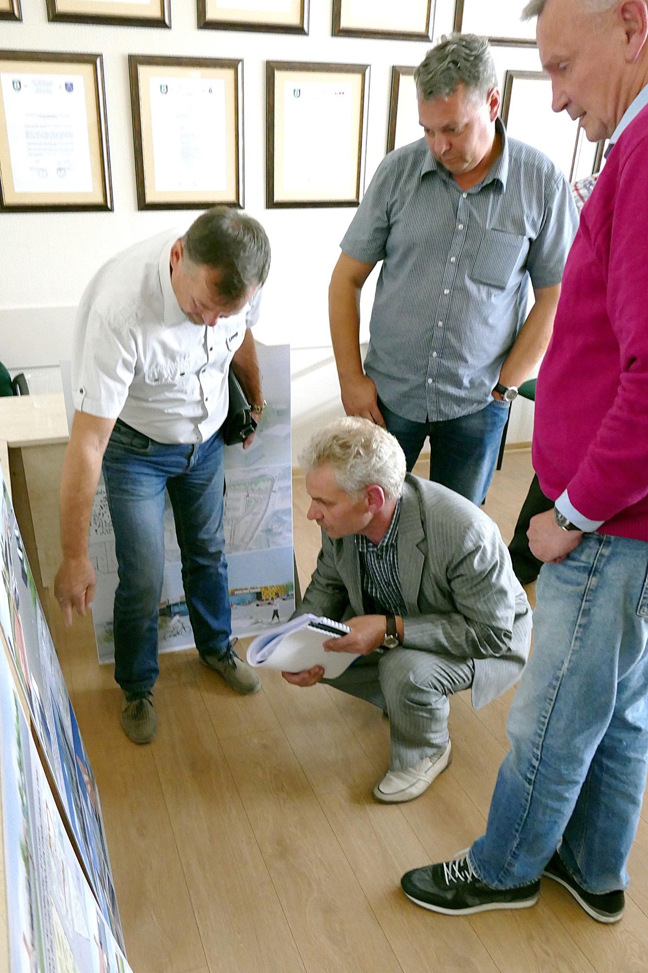 Iš kairės: Tarybos nariai Vladas Kainovaitis, Vaidas Bendaravičius, Autobusų parko  direktorius Artūras Stonkus ir Tarybos narys Jonas Jatautas įdėmiai apžiūrėjo investicinius siūlymus.