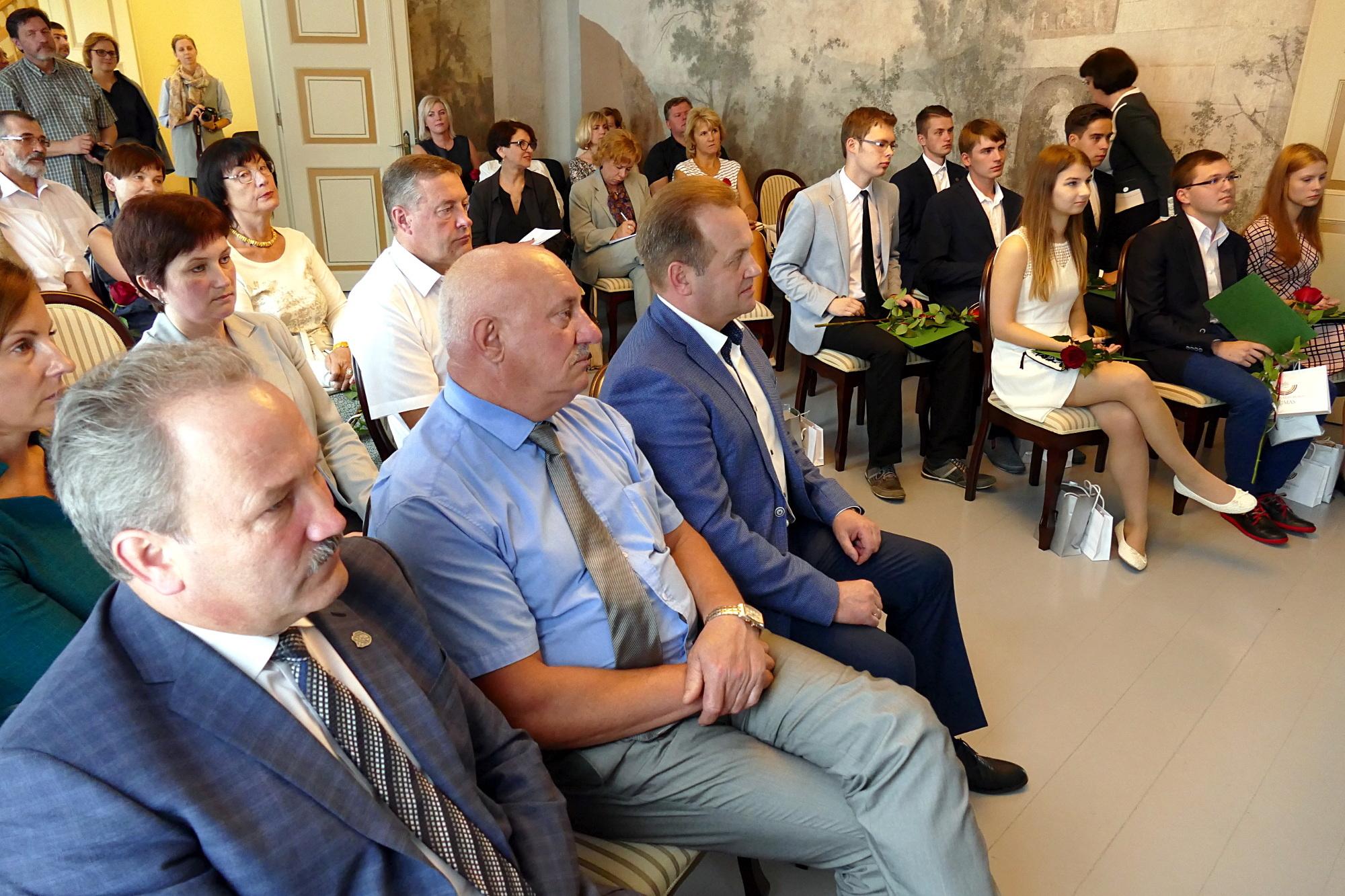 Geriausių rajono abiturientų pagerbimo ceremonijoje dalyvavo rajono vadovai, LR Seimo narys, pedagogai, abiturientų artimieji.